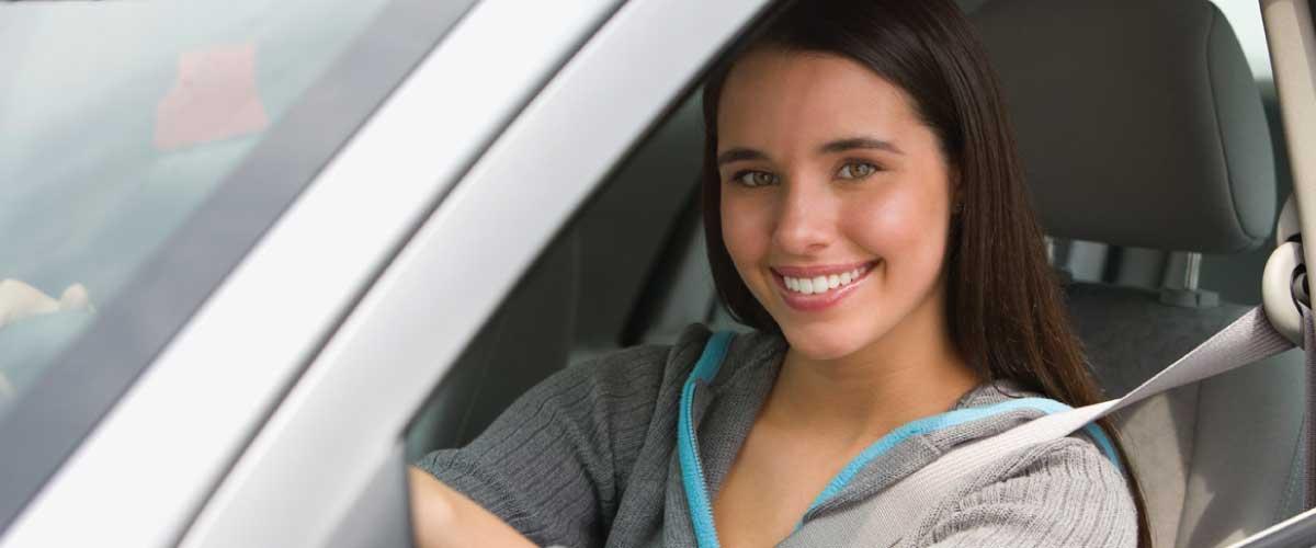 mujer conduciendo auto