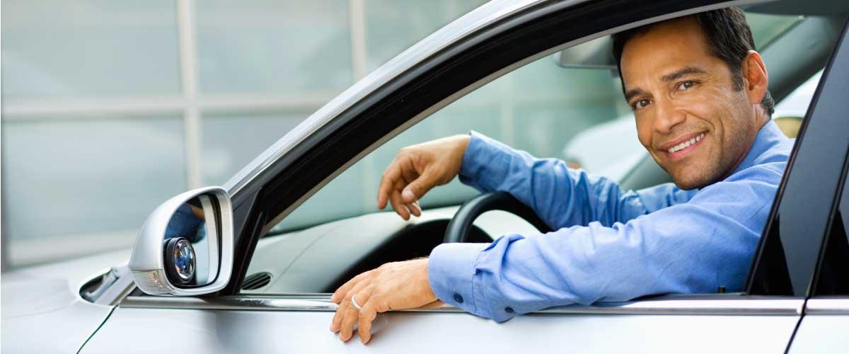 hombre manejando auto