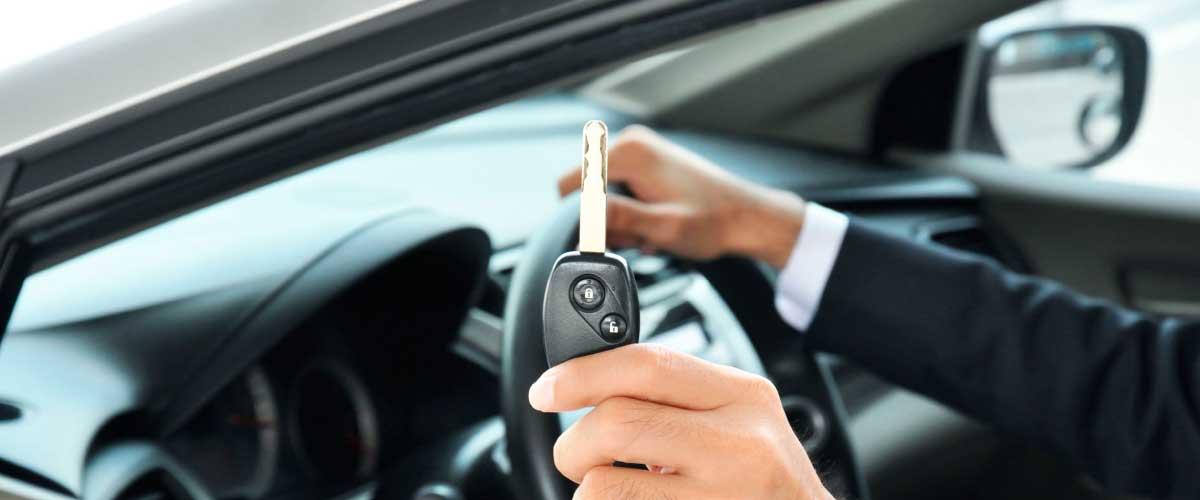 manos en el volante de auto