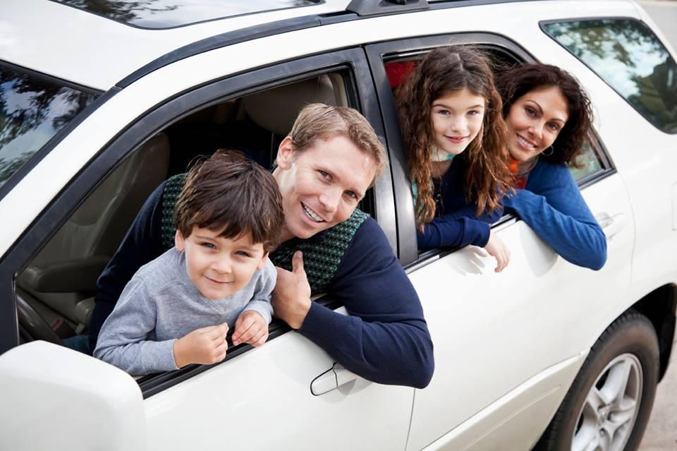 familia en un auto