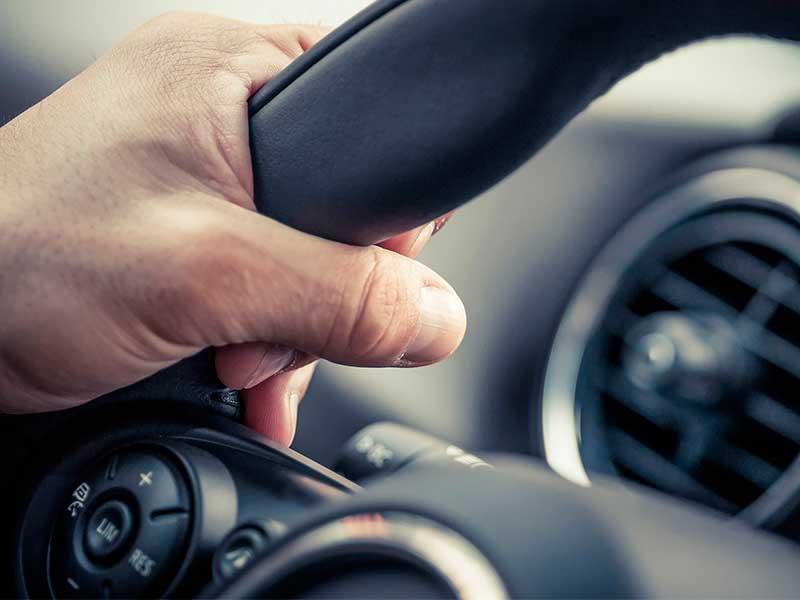 mano en volante de auto