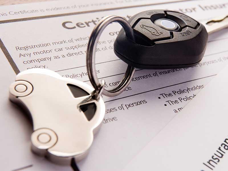 llave de auto sobre papeles