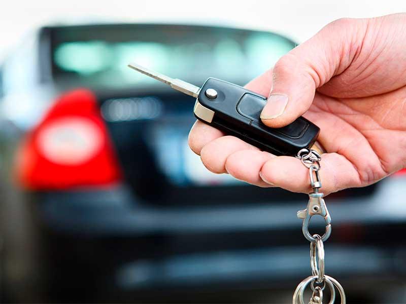 hombre con llave de auto