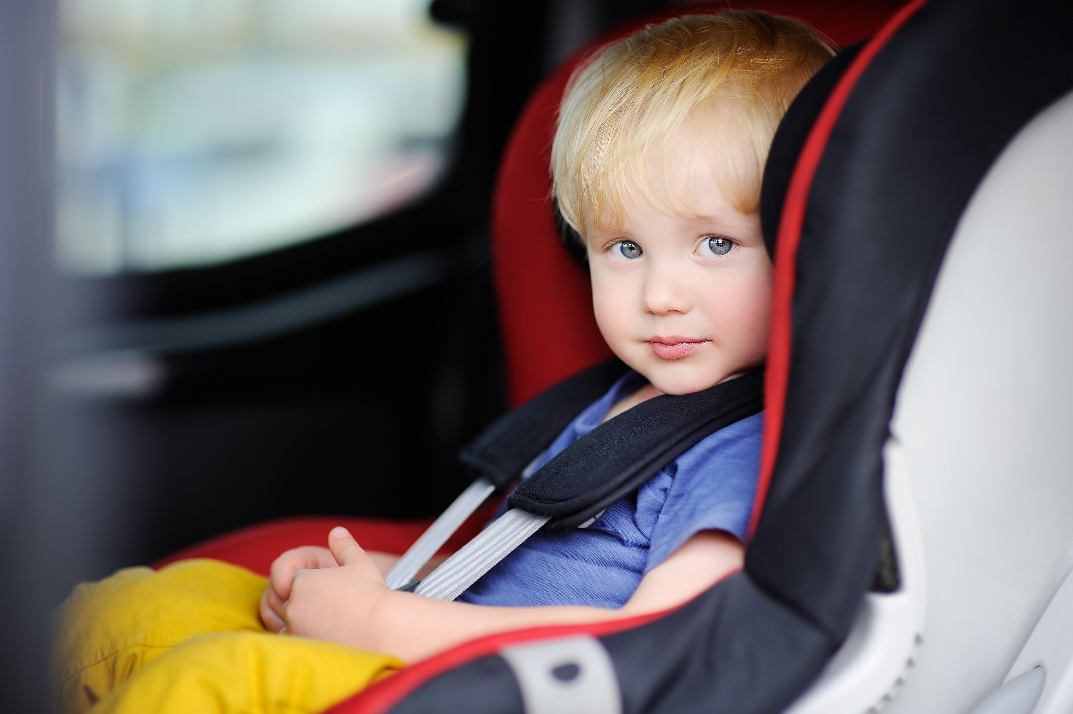 Chico en auto silla seguridad