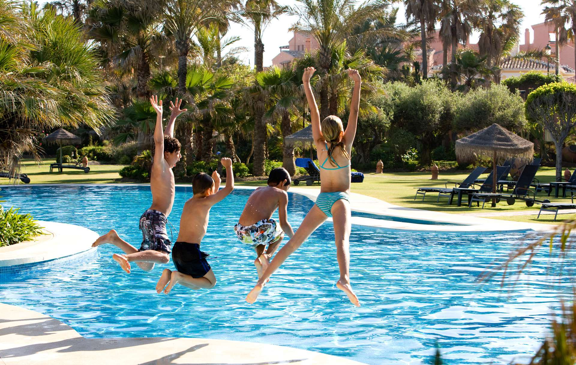 ninos-saltando-piscina