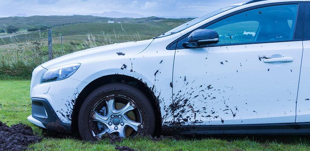 auto en el lodo